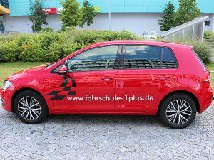 Fuhrpark - Fahrzeuge, Fahrschule 1plus, VW Golf 7 rot, Seitenansicht